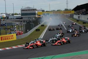 Les Ferrari grillent la politesse aux Mercedes lors du départ