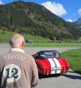 Un pull Jo Siffert et une AC Cobra aux couleurs du casque de Jo Siffert, en l'occurrence l'AC Cobra d'Yves Schindler, 2e du classement général.
