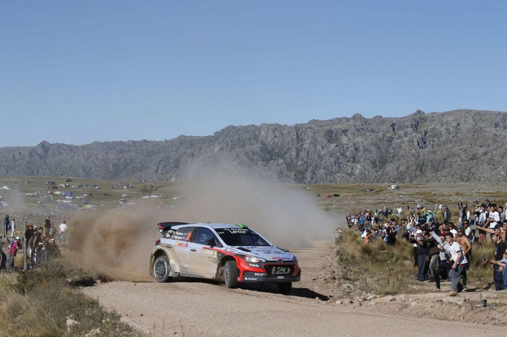 WRC - Hayden Paddon tient tête aux Volkswagen et remporte son premier rallye en championnat du Monde