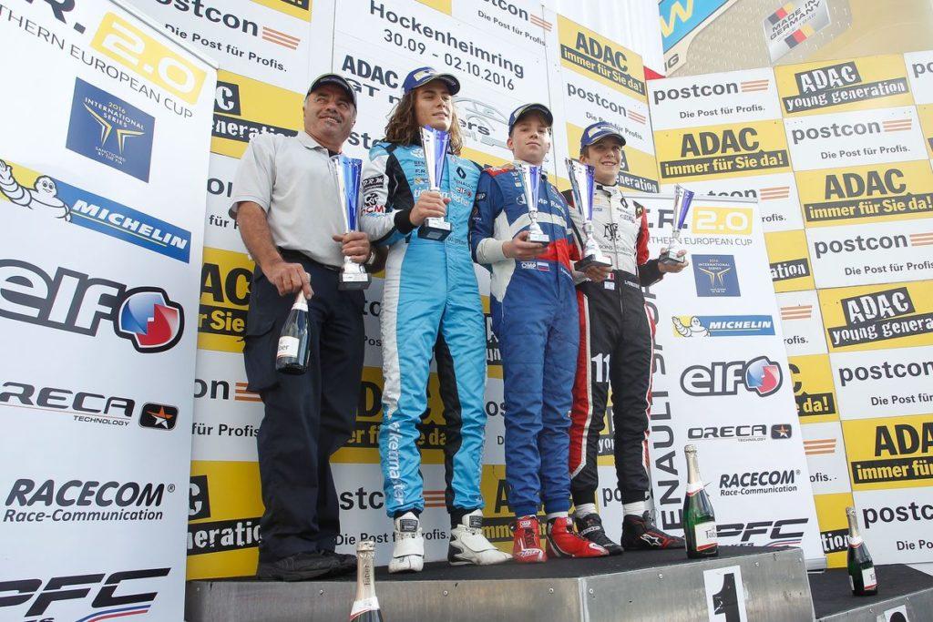fr-2-0-nec-22-2016-lando-norris-fahrt-zum-formula-renault-2-0-nec-titelgewinn-foto-03-podium-rennen-2